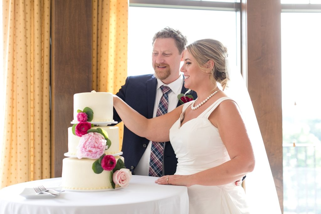 couple cutting their cake at the Eau Claire Golf & Country Club